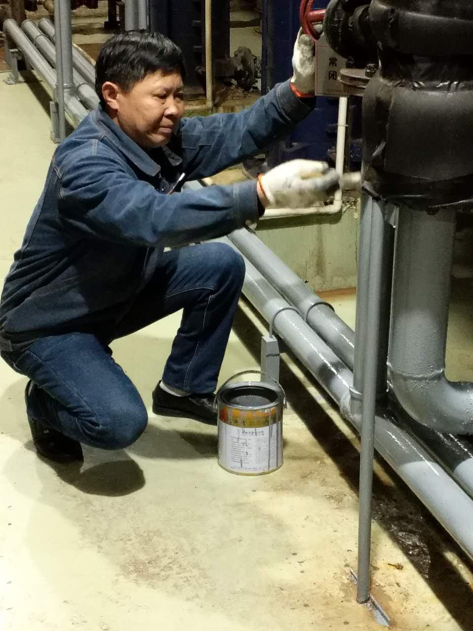近日,机关事务局服务部工程组积极开展设备设施维护保养工作,确保各类极端天气情况下设备正常运转。   主要内容有检查、清洗、紧固、油漆等工作,包括设备清理表面油污、软管检查、除尘、除污、紧固螺丝、油漆等,对设备所有的检查工作实行定人定位负责制,确保夏季设备安全稳定运行。(孙佳卉)